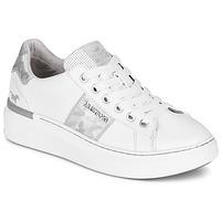 Cipők Női Rövid szárú edzőcipők Mustang 1351304-121 Fehér / Ezüst
