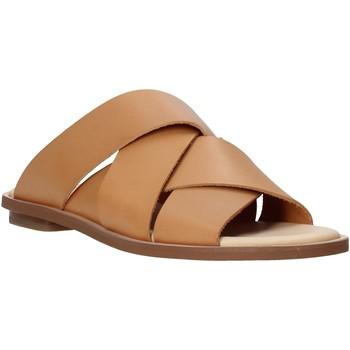 Cipők Női Papucsok Clarks 26139436 Barna