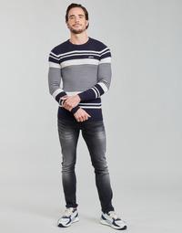 Ruhák Férfi Pulóverek Guess LONDON EMBOSSED STRIPED CN Tengerész / Fehér