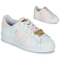 Cipők Női Rövid szárú edzőcipők adidas Originals SUPERSTAR W Fehér / Rózsaszín / Ékköves