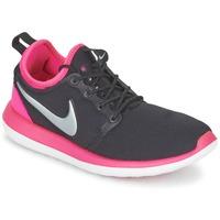 Cipők Lány Rövid szárú edzőcipők Nike ROSHE TWO JUNIOR Fekete  / Rózsaszín